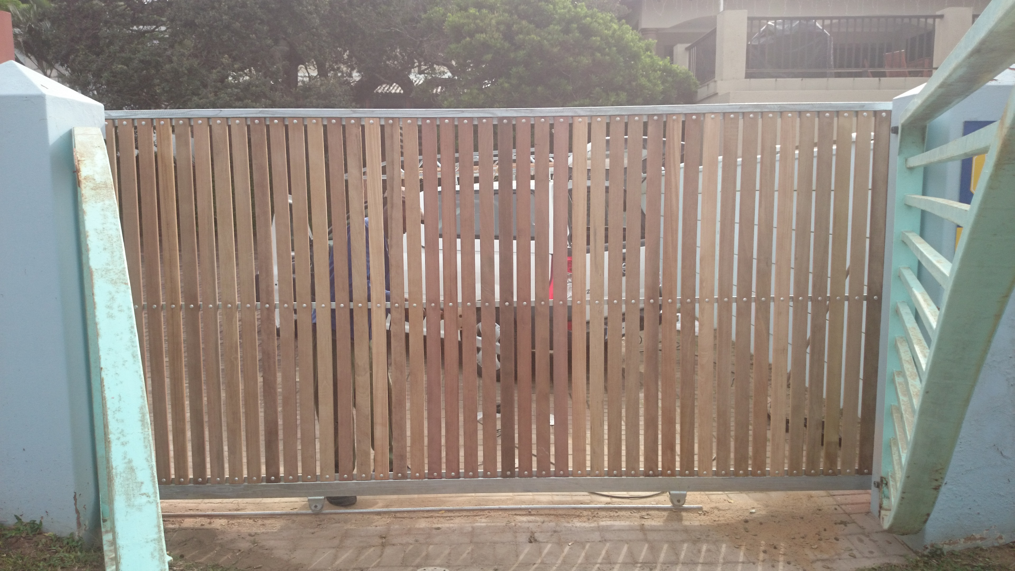 Driveway gate clad in balau wood | The Wood Joint - Wooden Decks and ...